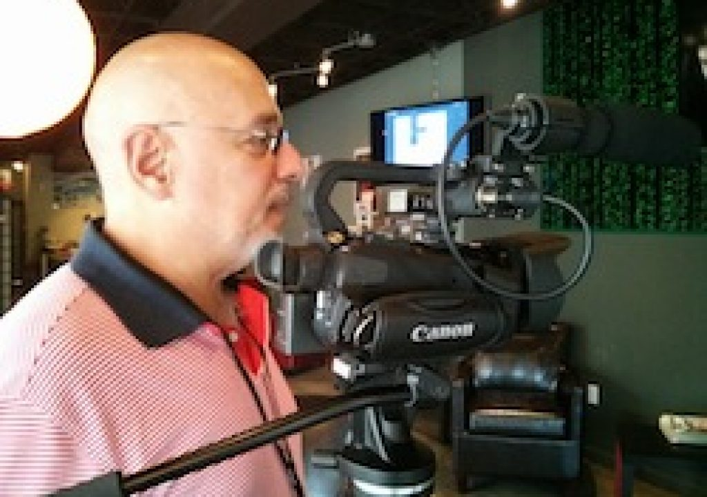 Ríchard Izarra of PRODU.com debuts his Canon XA20 camcorder 5