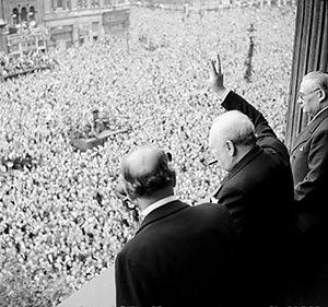300px-churchill_waves_to_crowds-6506410